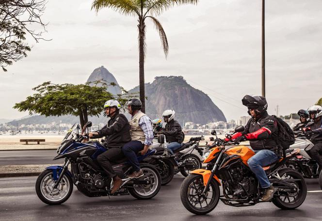 Jair Bolsonaro (à l'avant) lors d'une «motocada», à Rio de Janeiro, le 23 mai 2021.