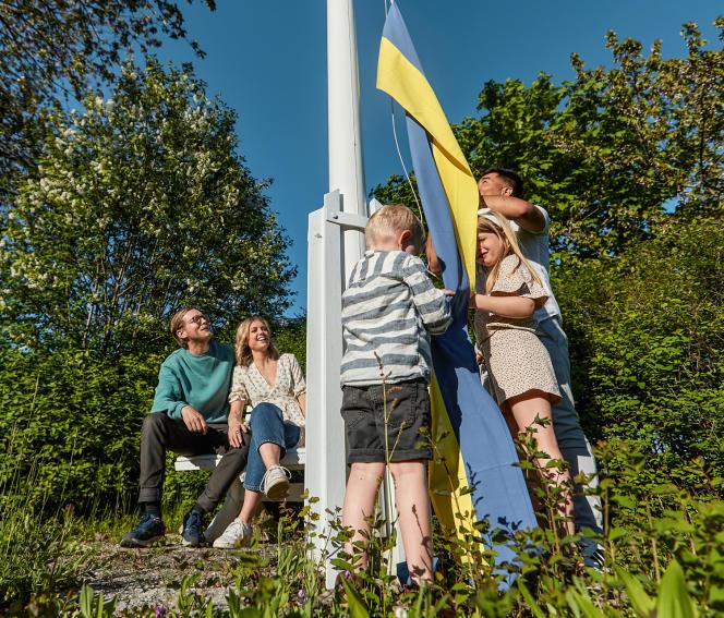 Mustafa (qui ne souhaite pas être reconnu), avec sa famille d'accueil, les Hjelmqvist, à Jönköping, le 21 mai.