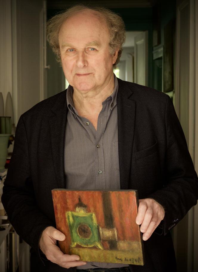 L'écrivain et documentariste Jérôme Prieur, avec en main «Lanterne magique», tableau de Louis Mazot (1919-1994), à Paris, en mai 2021.