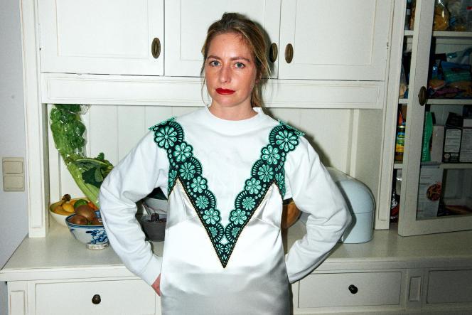 Meryll Rogge, dans la cuisine de son studio, vêtue d'une robe de sa collection automne-hiver 2021-2022,le 19 mai 2021.