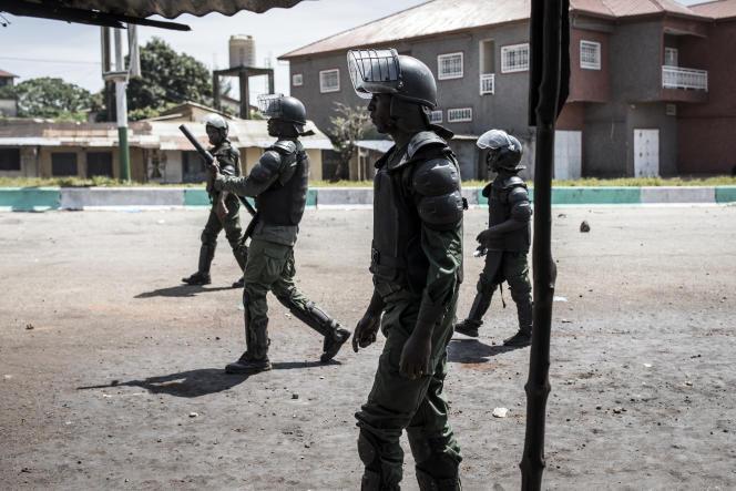 Des policiers affrontent des manifestants à Conakry, le 23octobre 2020.