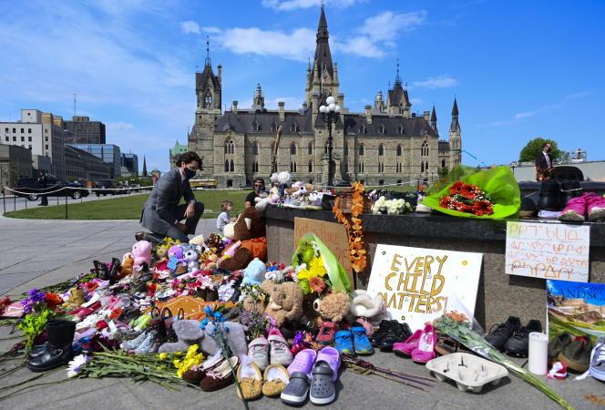 Le premier ministre canadien, Justin Trudeau, se recueille à Ottawa, le 1er juin 2021. Le 28 mai, les ossements de 215enfants autochtones d'un ancien pensionnat à Kamloops ont été découverts, provoquant la consternation de la classe politique et des demandes de réparations.
