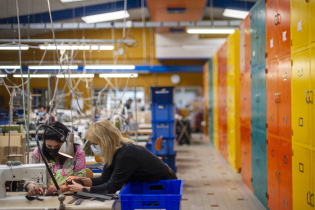 Colette Chazelle, responsable d'atelier depuis 2014 au sein de l'établissement Marcoux Lafay, à Sainte-Agathe-la-Bouteresse (Loire), recrute des couturières et des tricoteuses. Elle fait appel à Pôle Emploi pour trouver des candidats et leur proposer une semaine d'immersion au sein de cet atelier qui emploie treize personnes.