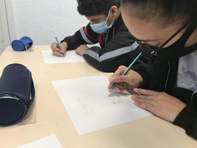 Les élèves de 3e du collège Emile-Zola de Suresnes, lors de l'atelier avec la dessinatrice de presse KAM, en décembre 2020.