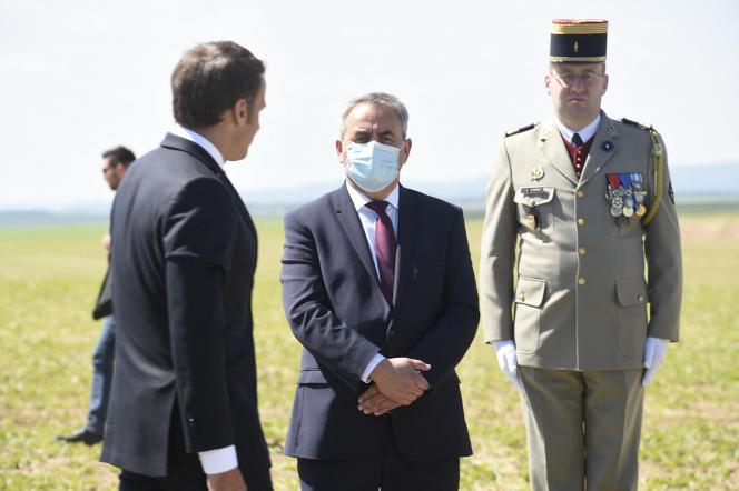 Emmanuel Macron (à gauche) et Xavier Bertrand (au centre), lors d'une cérémonie à La Ville-aux-Bois-lès-Dizy (Aisne), le 17 mai 2020.