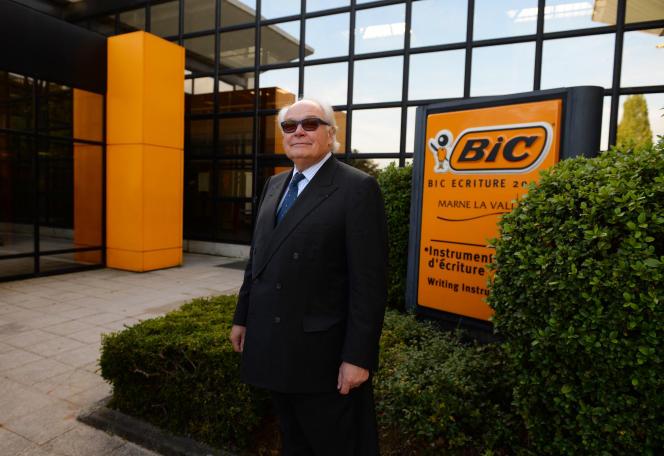Le président-directeur général de Bic, Bruno Bich, lors d'une visite de Michel Sapin, ministre de l'économie et des finances, dans une usine de la société française Bic, fabriquant des stylos, briquets, rasoirs et produits en papier imprimé, à Montévrain, près de Paris, le 27 octobre 2016 .