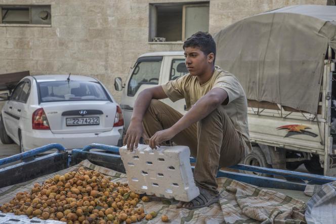 Un jeune travailleur près de la place Jaafar, dans le quartier de Hay Al-Tafayleh, àAmman, en Jordanie, le 2 mai 2021.