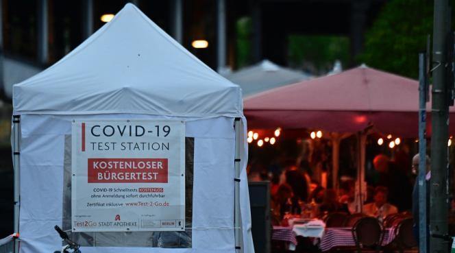 Tymczasowe miejsce projekcji Covid-19 w centrum Berlina 1 czerwca 2021 r.