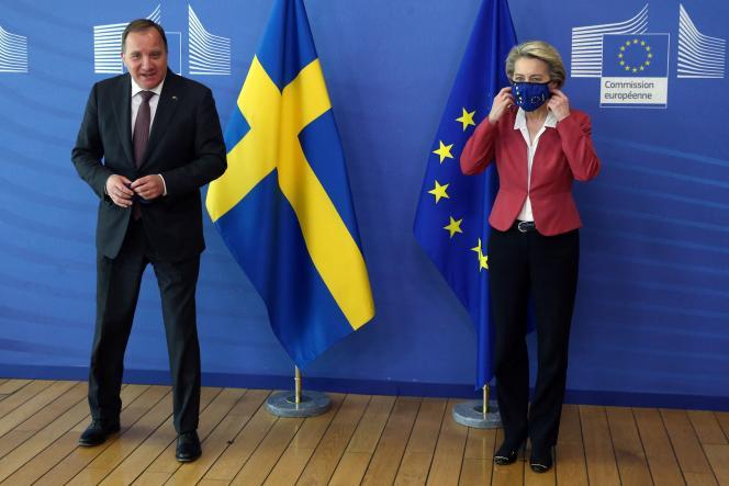 Le gouvernement du Suédois Stefan Lofven, ici le 1er juin à Bruxelles, avec la présidente de la Commission européenneUrsula von der Leyen, s'est dit opposé à la directive sur le SMIC européen.