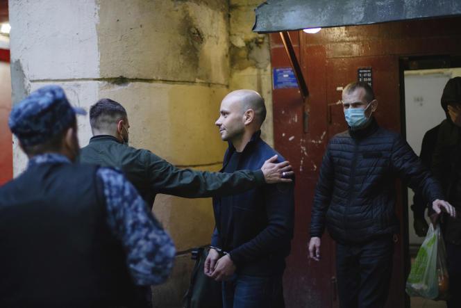 Andreï Pivovarov, directeur d'Open Russia, sort de son immeuble après son arrestation à Saint-Pétersbourg, en Russie, le 1er juin 2021.
