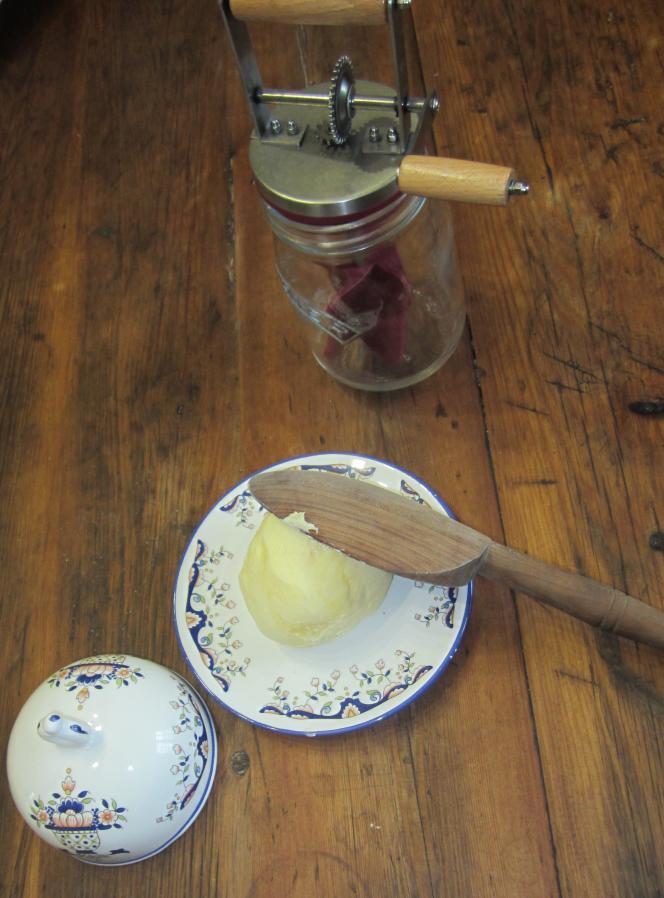 Atelier de fabrication de beurre à la baratte, à la ferme-musée du Cotentin, dans la Manche.