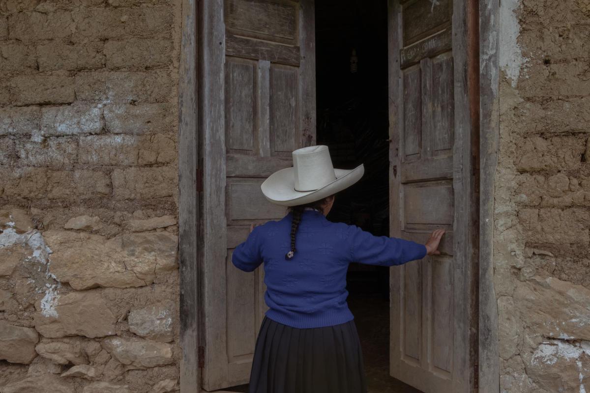 Lelis Paredes (52 ans), belle-sœur de Pedro Castillo, ouvre les portes de sa maison dans la communauté de Chugur, Cajamarca (Pérou), le 25 mai 2021.