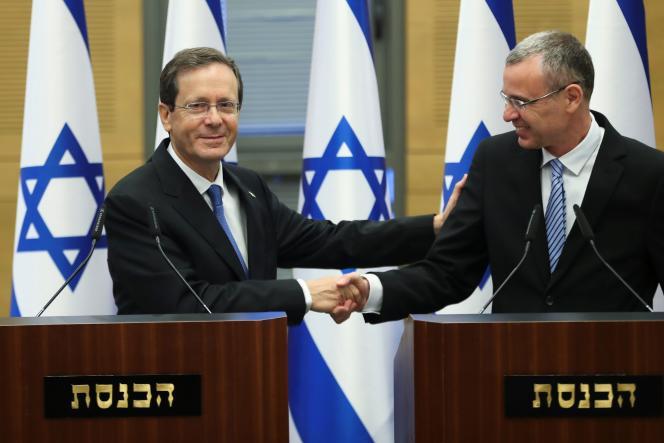 Isaac Herzog serre la main de Yariv Levin, le président de la Knesset, le 2 juin 2021, à Jérusalem.