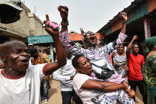 Des partisans de l'ancien président de la Côte d'Ivoire, Laurent Gbagbo, célèbrent la nouvelle de son acquittement définitif par la Cour pénale internationale, le 31 mars 2021, à Abidjan.