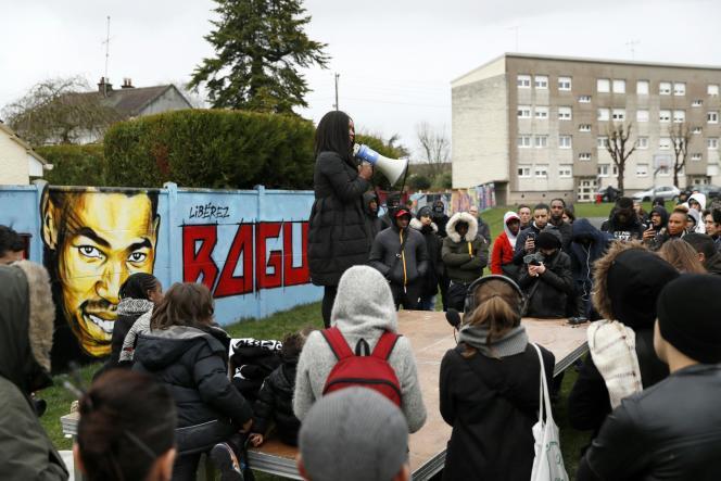 La sœur aînée d'Adama Traoré, lors d'un rassemblement pour dénoncer «un harcèlement judiciaire», en mars 2017, à Beaumont-sur-Oise, après que le frère d'Adama, Bagui, a été mis en examen.