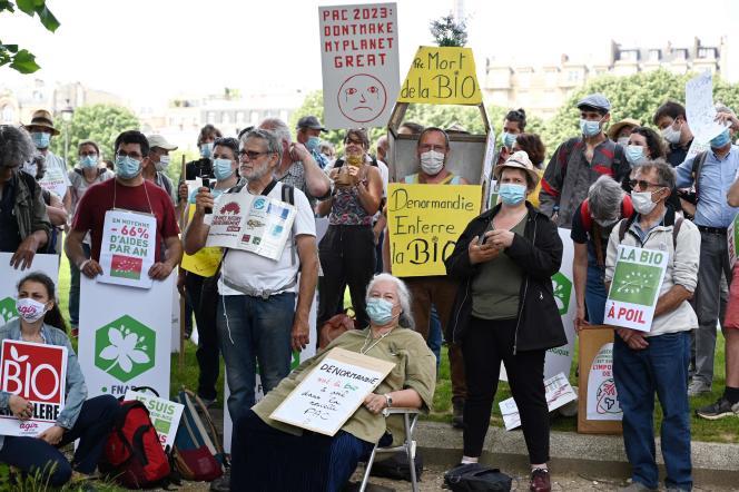 Des agriculteurs bio aux Invalides, le 2 juin 2021, venus protester contre les arbitrages rendus par le gouvernement à propos de la future PAC.