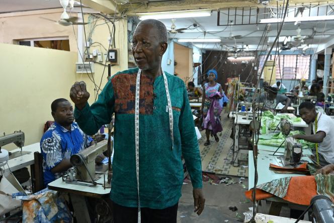 Le couturier ivoiro-burkinabé Pathé'O dans son atelier à Abidjan, le 26 mai 2021.
