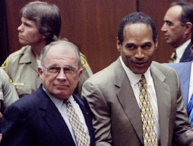 Frances Lee Bailey (kiri) bersama OJ Simpson pada 3 Oktober 1995, saat pengadilan menyatakan bahwa mantan kejayaan sepak bola Amerika dibebaskan.