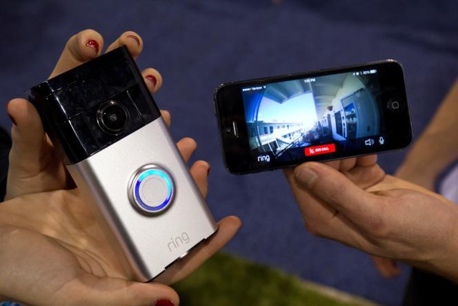 Un modèle de caméra connectée de la marque Ring.