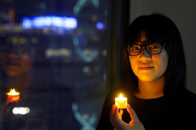 Chow Hang-tung pose avec une bougie pour commémorer la répression de Tiananmen, le 3 juin 2021, à Hongkong.