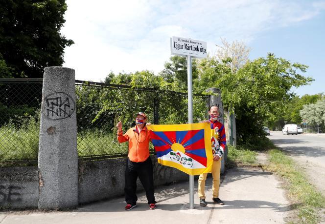 Des militants tiennent un drapeau tibétain devant une rue rebaptisée « Avenue des martyrs ouïgours» à Budapest, le 2 juin 2021.