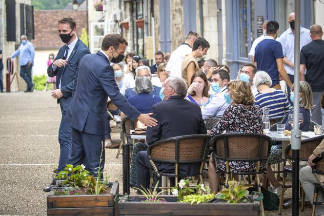 Emmanuel Macron visite le village de Saint-Cirq-Lapopie au cours d'un déplacement dans le Lot, mercredi 2 juin 2021.