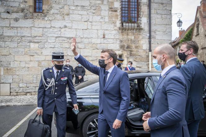 Emmanuel Macron visite le village de Martel au cours d'un déplacement dans le Lot, le 3 juin 2021.