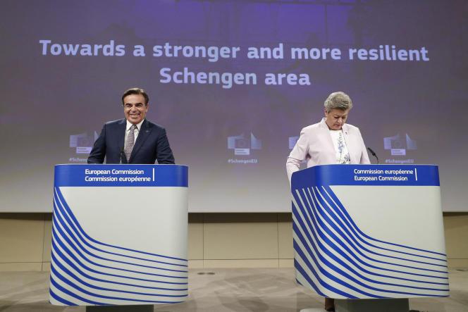Margaritis Schinas, vice-président de la Commission euopéenne, et Ylva Johansson,commissaire aux affaires intérieures, présentent le projet de réforme de l'accord Schengen, le 2 juin 2021, à Bruxelles.