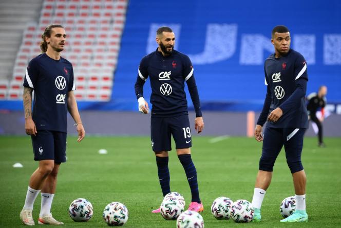 Antoine Griezmann, Karim Benzema et Kylian Mbappé, à l'échauffement avant le match amical contre le pays de Galles, mercredi 2 juin, à Nice.