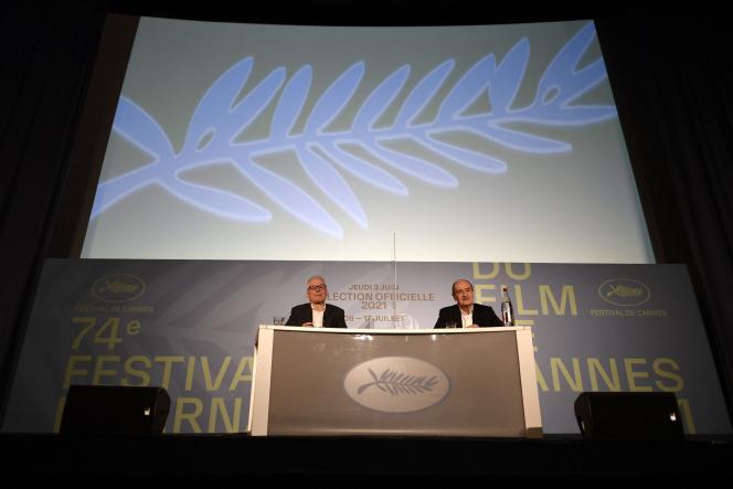 Le président du Festival, Pierre Lescure, et son délégué général, Thierry Frémaux,annoncent la sélection officielle du 74e Festival de Cannes lors d'une conférence de presse à Paris,le 3 juin 2021.