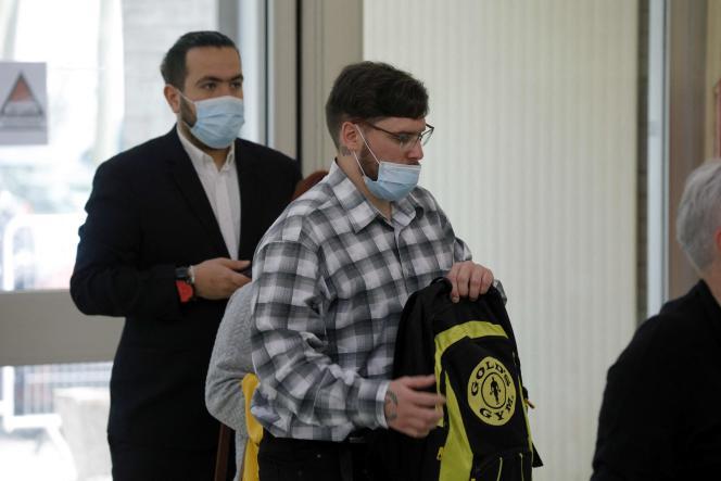 Esteban Morillo (à gauche) et Samuel Dufour, militants néonazis impliqués dans la mort de Clément Méric, arrivent au palais de justice d'Evry avant l'ouverture du procès en appel de l'affaire, le 3 juin 2021.
