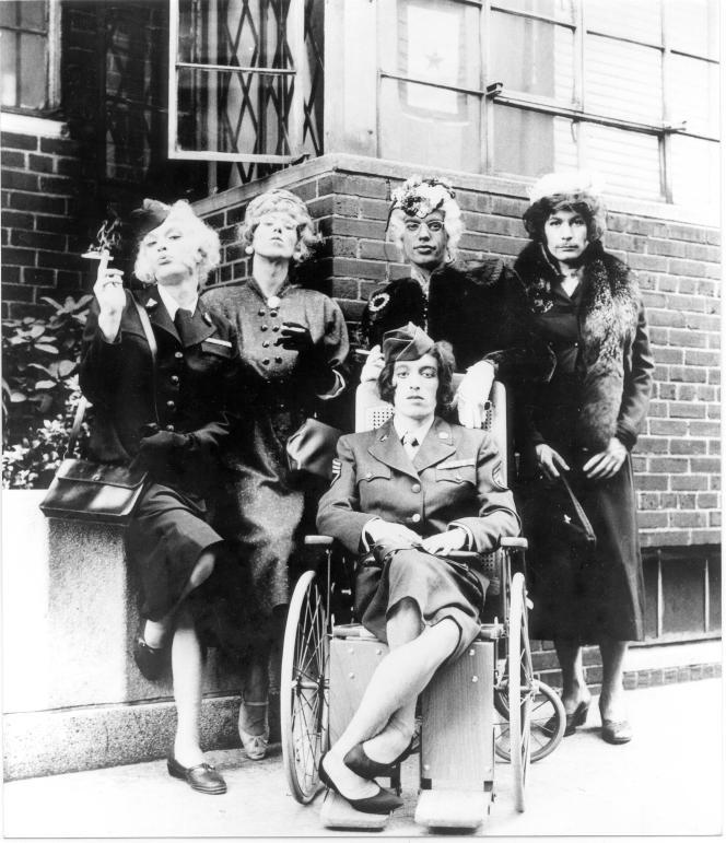 Les Rolling Stones, habillés en femme, posent pour une version de la pochette du 45-tours «Have You Seen Your Mother Baby Standing In the Shadow» (1966).
