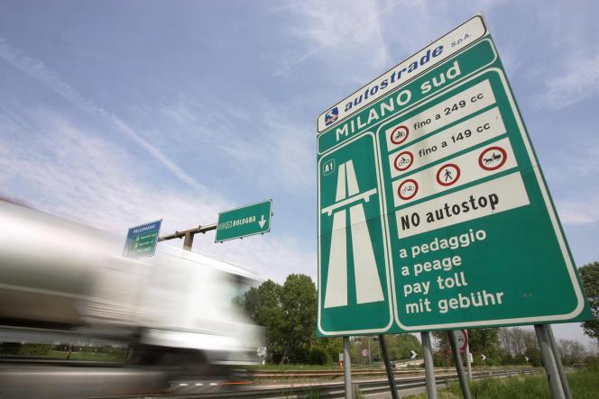 Un camion à l'entrée de Milan, sur l'autoroute A1 en direction de Naples, le 24 avril 2006.