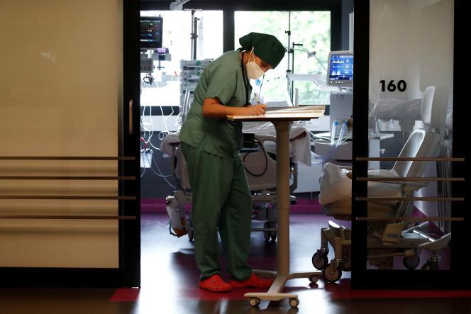 Een gezondheidswerker bekijkt de medische aantekeningen van een patiënt in een ziekenhuis in Saint-Denis, nabij Parijs, op 4 mei 2021.