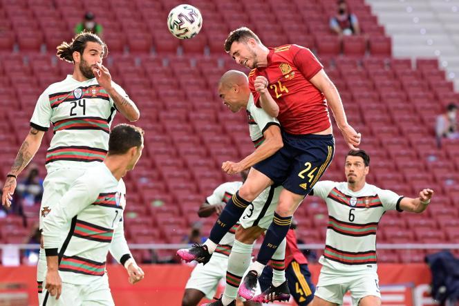 Le défenseur de l'Espagne Aymeric Laporte (en rouge) lors d'un match de préparation à l'Euro 2021 contre le Portugal, le 4 juin 2021 à Madrid.