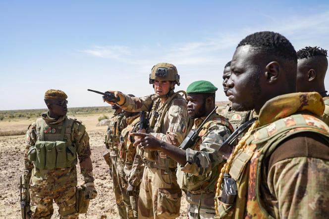 Des soldats maliens autour d'un soldat français de l'opération «Barkhane», au Gourma (Mali), enjanvier2021.
