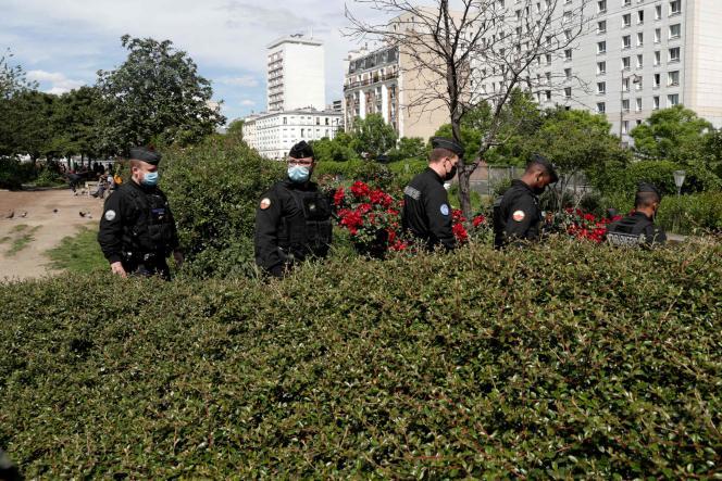 Des gendarmes inspectent des buissons aux jardins d'Eole, dans le 18e arrondissement de Paris, le 29 mai 2021.