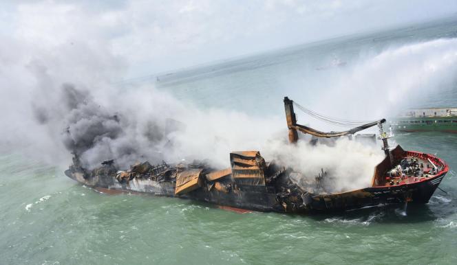 Naufrage du porte-conteneurs MV « X-Press Pearl»au large du port de Colombo, au Sri Lanka, le mercredi 2 juin 2021.