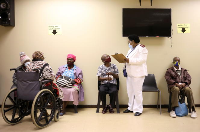 Des personnes âgées patientent avant d'être vaccinées contre le Covid-19 à Johannesburg, en Afrique du Sud, le 17mai 2021.