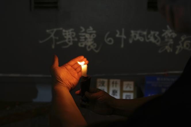 Un manifestante enciende una vela en Hong Kong el 4 de junio de 2021.