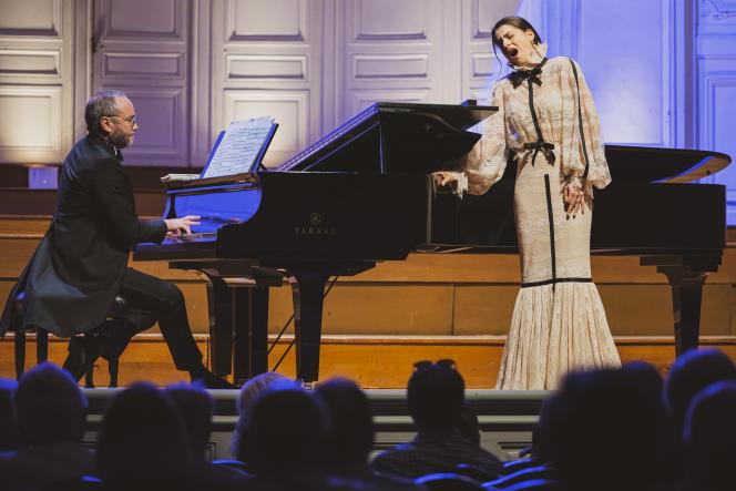 La soprano Asmik Grigorian, accompagnée d'Antoine Palloc au piano, en concert à laSalle Gaveau à Paris, le 1er juin 2021.