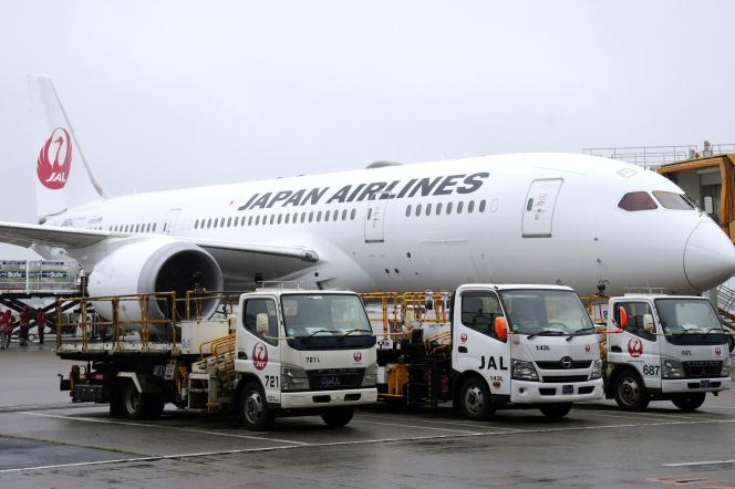 Un avion contenant des doses du vaccin AstraZeneca à destination de Taïwan attend sur le tarmac de l'aéroport de Narita, près de Tokyo, le 4 juin 2021.