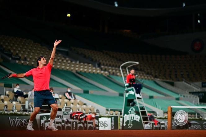 Roger Federer face à Dominik Koepfer au septième jour du tournoi de Roland-Garros, à Paris, le 5 juin 2021.