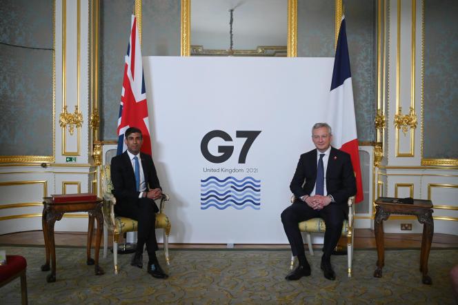 Le chancelier britannique de l'Echiquier, Rishi Sunak (à gauche), pose avec le ministre français de l'économie et des finances, Bruno Le Maire, au premier jour du G7 finances, à Londres, le 4 juin 2021.