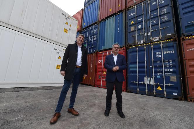 Xavier Bertrand (à d.), annonce l'arrivée de Franck Gonsse, patron CFDT des dockers du port de Dunkerque, sur sa liste aux élections régionales, à Dunkerque, le 10 mai 2021.