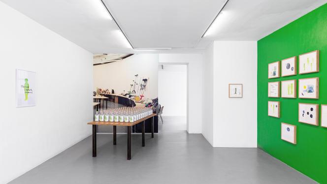 Le gin Frisson d'Hyber et les dessins de l'artiste, à la Galerie de Multiples, à Paris.