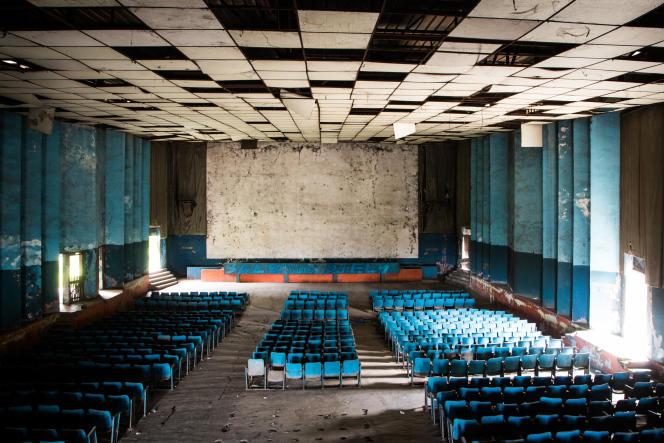 Salle du cinéma Le Dialogue à Yopougon, à Abidjan, en mai 2021. La dernière séance a eu lieu le 16 décembre 2014.