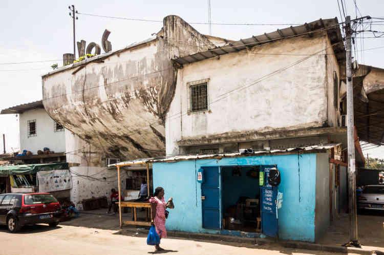 Devant le cinéma Vogue, situé dans la commune d'Adjamé, à Abidjan, en mai 2021.