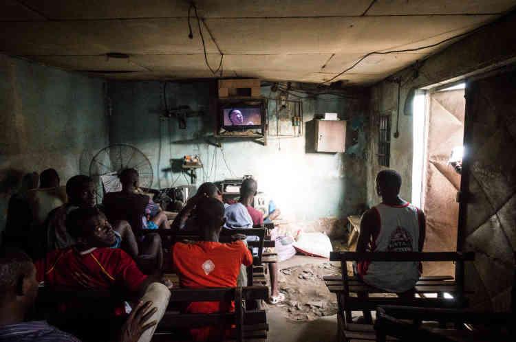 Dans le vidéoclub Boudha, situé dans la commune d'Abobo, en face de la mosquée Blanche, à Abidjan, en mai 2021.
