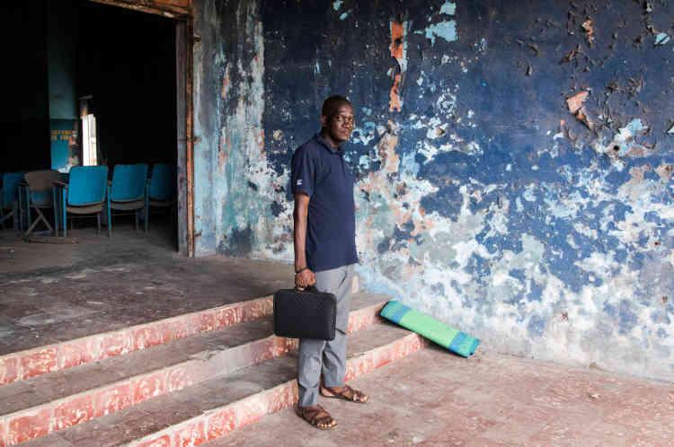 Moussa Diaby, dernier exploitant de la salle de cinéma Le Dialogue,dans la commune de Yopougon, à Abidjan, en mai 2021.